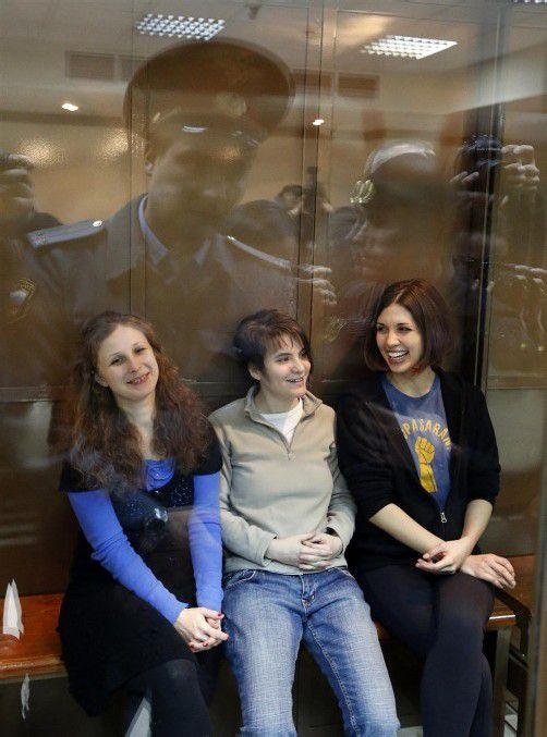 Die drei Pussy-Riot-Mitglieder vor dem Prozess. Foto: AP