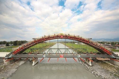 Die fast fertige Bahnbrücke schwingt sich zum Wahrzeichen im Rheinvorland auf. Fotos: vn/hofmeister, öbb