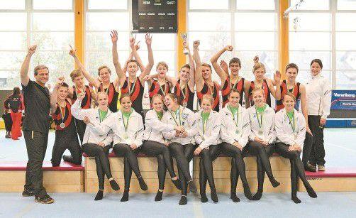 Die siegreichen Teams der TS Wolfurt in der Meisterinnenklasse (vorne) und Juniorenklasse (hinten) mit ihren Trainern Gerhard Zweier (l.) und Maria Herburger (r.). Foto: VTS