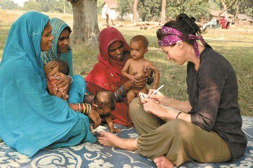Doris Burtscher in Indien: Gespräch mit Nomadinnen über Mangelernährung. Durch Interviews sammelt die 47-Jährige Informationen zum besseren Verständnis fremder Kulturen. Foto: Burtscher