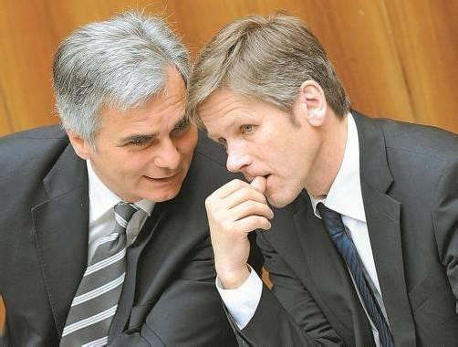 Dringliche Anfrage an den Bundeskanzler: Werner Faymann (l.) überließ die Beantwortung jedoch Staatssekretär Ostermayer. Foto: APA