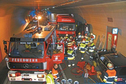 Ein Auto wurde bei dem Unfall zwischen Lastwagen und Tunnelwand eingeklemmt. Fotos: vol.at/pletsch