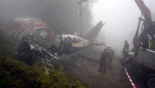 Eine Bergefirma und die Feuerwehr begannen gestern Nachmittag mit der Bergung des Flugzeugwracks. Foto: apa/liebl