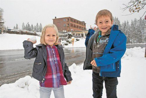 Endlich wieder Schneeballschlachten: Leni und Kevin aus Egg sind vom Wintereinbruch am Bödele sichtlich angetan. Foto: VN/Steurer