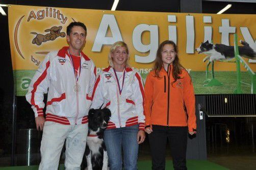"Erfolgreiche Hundesportler: René Almberger, Lisa Frick mit ""Hoss"" und Tonja Theuretzbacher. Foto: hbr"