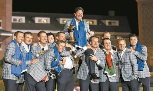 Europas Golfteam feiert den Ryder-Cup und Kapitän Jose Maria Olazabal. Foto: ap