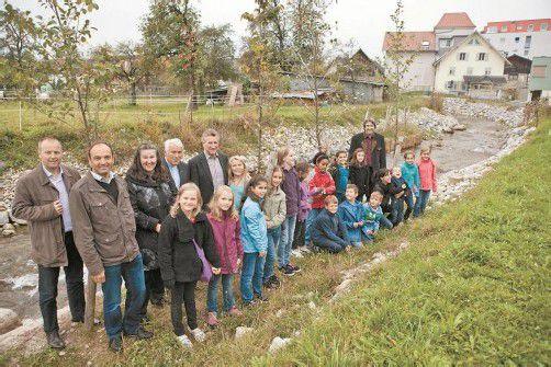 Festtag in der Walgaugemeinde Bludesch: Die Renaturierung des Schwarzbaches ist unter Dach und Fach. Foto: VLK