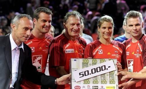 Franz Klammer, Viktoria Schwarz: Scheck für die Sporthilfe. Foto: apa