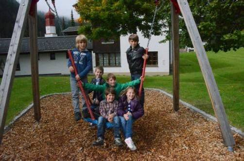 Freuen sich über neuen Spielplatz: Kinder in Klösterle. Foto: DOB