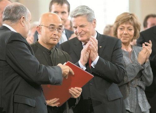 Friedenspreisträger Liao Yiwu mit dem Bundespräsidenten Joachim Gauck in der Paulskirche. Foto: AP
