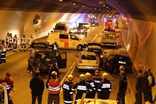 Fünf Fahrzeuge wurden gestern früh im Achraintunnel in einen Unfall verwickelt. Drei Personen wurden verletzt. Foto: vol.at/schmidt
