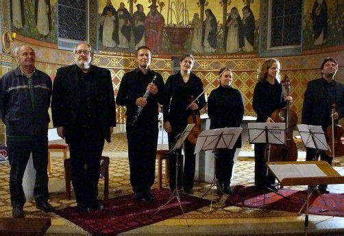 Gefeiert: Komponisten Gerold Amann und Richard Dünser mit den Mitgliedern des Ensembles Plus in der Klosterkirche Lauterach. Foto: HH