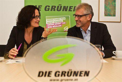 Gehen gut gelaunt und mit ambitionierten Zielen in das Wahlkampfjahr 2013: Eva Glawischnig und Harald Walser. Foto: VN/Steurer
