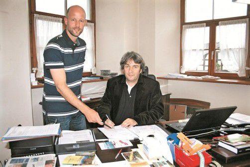 Gemeindesekretär Helmut Wegeler (l.) leitete das Projekt, Bgm. Michael Tinkhauser reduziert seinen Gehalt. Foto: Hechenberger