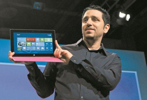 General Manager Panos Panay mit dem neuen Microsoft-Surface-Tablet. Foto: reuters