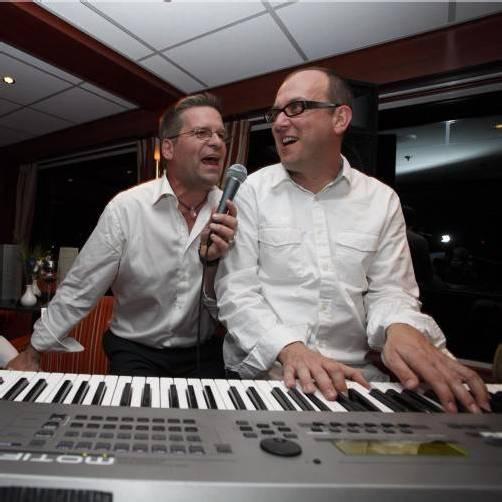 Gerold Rudle und Markus Marageter – zwei, die es lustig mögen und die Musik lieben. Sie treten für das Caritas-Projekt Kultur.LEBEN  auf, das Aidswaisen in Äthiopien unterstützt. foto: veranstalter