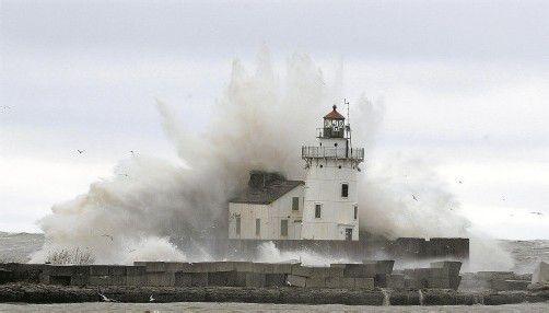 """Gestern Abend erreichte """"Sandy"""" den im Norden der USA gelegenen Eriesee. Zwar war er dort schon abgeschwächt, ließ aber noch immer gewaltige Wellen entstehen. Foto: Reuters"""