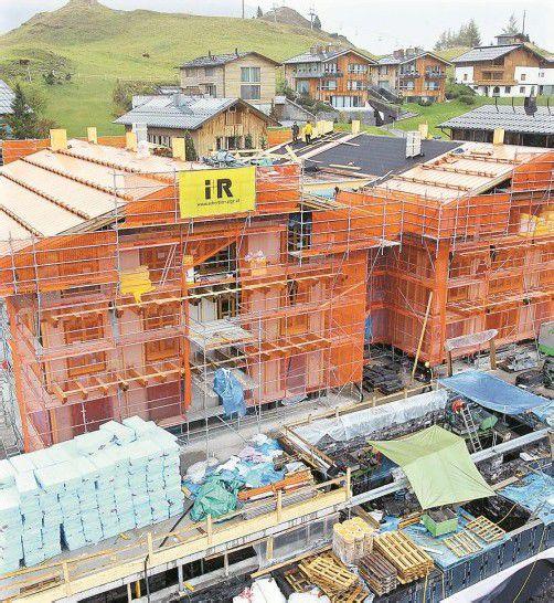 """Gilt im Hinblick auf die Umsetzung längst als """"Rekordbaustelle"""": die Errichtung des Nobelhotels Schlössle in Oberlech. Fotos: VN/Hofmeister"""