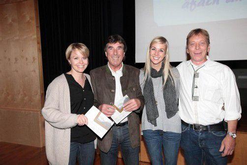 Grafikerin Christina Soraperra (l.) mit Autor Manfred Beck sowie Tochter Lisa-Maria Innerhofer und Gemeinderat Martin Bitschi. Fotos: AME
