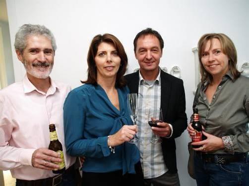 Grund zum Feiern: Grafiker und Gastgeber Fredi und Ilse Bucher (M.) mit Peter und Gertrude Müller (VN). Fotos: SIE