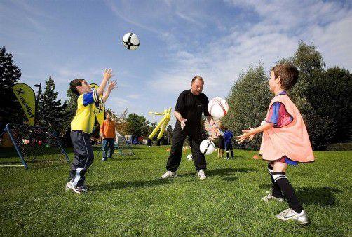 Günther Kerber weiß, wie er Kinder begeistern kann. Seine Ballschule und seine Trainingscamps sind schon traditionell. Foto: gmeiner