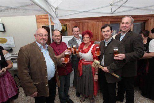 Heinz Tomas (l.) mit Wirt Helmut Bereuter, Luis Weidinger sowie Rita Bereuter, Martin Summer und Braumeister Hinrich Hommel. Fotos: AME