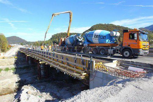 Hochbetrieb am künftigen Autobahn-Vollanschluss in Klaus: Bis November wird die Verbreiterung der Klausbachbrücke abgeschlossen sein. Foto: VN/Hofmeister