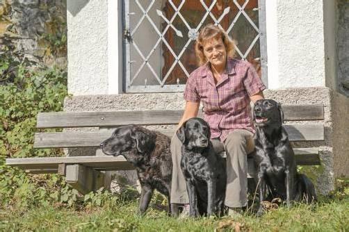 Hundepsychologin Ruth Hochstätter mit ihren Labradors. Foto: lerch