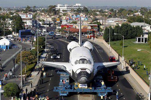 Im Schneckentempo rollte das ausgemusterte Space-Shuttle durch die Straßen von Los Angeles. Foto: Reuters