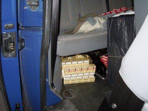 Im tschechischen Kleinbus waren 1000 Stangen Zigaretten versteckt. Die Ware war für den Schweizer Markt bestimmt. Foto: bmf