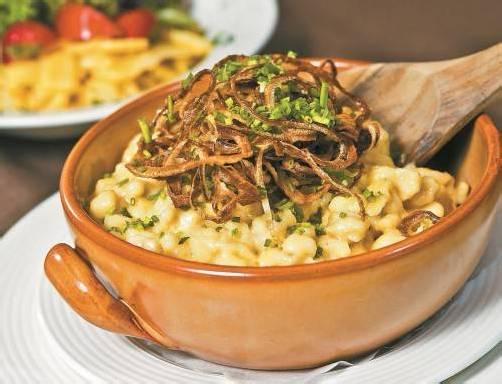 Immer wieder lecker: Vorarlberger Käsespätzle mit Salat oder Apfelmus. FotoS: Philipp steurer