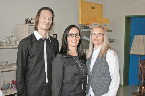 In Festlaune: Filialleiter Ingo Tomaschko (l.) mit Bereichsleiterin Elisabeth Gisler und Isabelle Fritz. Foto:S: FRANC