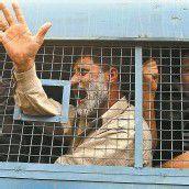 Indische Beamte hinter Gittern