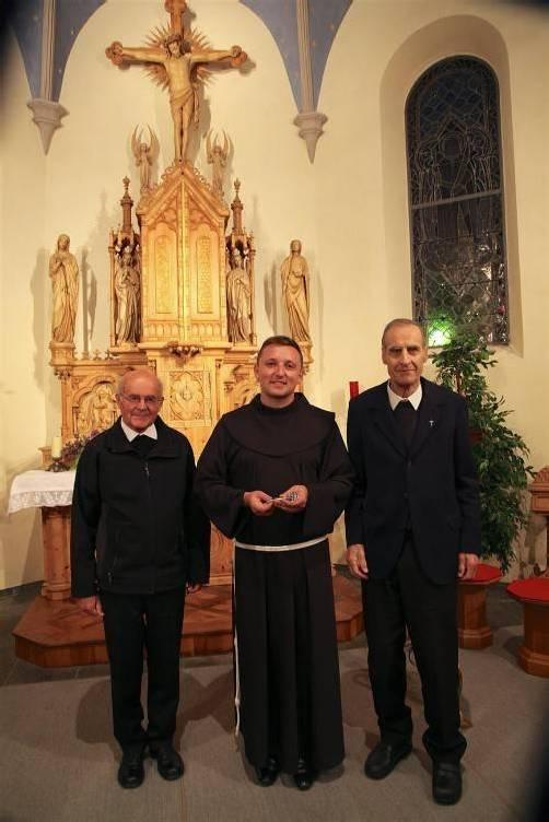 J. Kolasa (M.) übernimmt das Pfarramt von Hans Partl, begleitet wird er von Pfarrer Senn (l.).