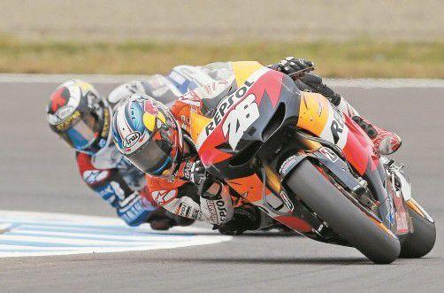 Jorge Lorenzo ist an Dani Pedrosa dran, am Ende ging das spanische Duell aber an den Honda-Piloten. Foto: ap