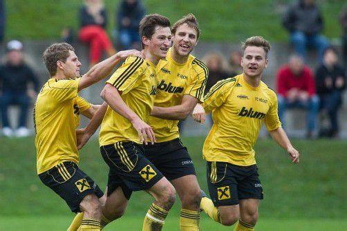 Jubel bei den Kickern des FC Höchst: Goldtorschütze Niklas Schranz (zweiter von links) wird gefeiert. Foto: Steurer