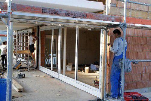 Kürzlich erfolgte der Einbau der Fenster bei der gesamten Anlage.