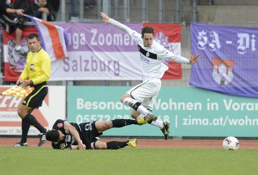 Lokman Topduman am Boden, Salzburgs Nicholas Mayer obenauf.