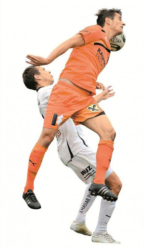 Manuel Palkovich stemmt sich mit seinem Körper gegen den Ball und Eggs Philipp Hagspiel. Fotos: vn/Lerch