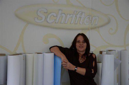 Manuela Karl stellt im Digitaldruck auch Wandtapeten her. Foto: Tobias Hämmerle