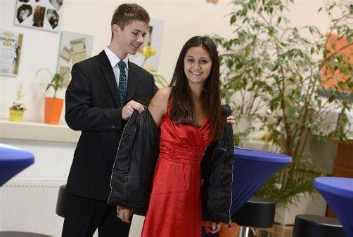 Marcel weiß, wie's geht: Er hilft Anna aus der Jacke.