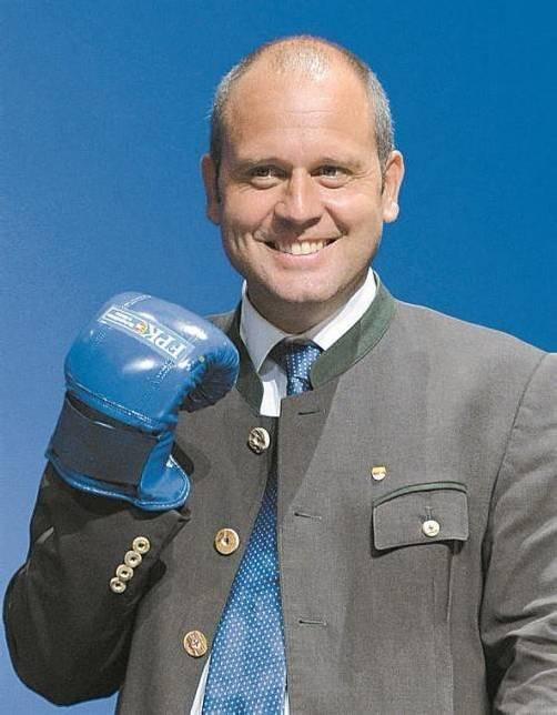Mit Boxhandschuh: Kurt Scheuch auf dem FPK-Parteitag. Foto: APA