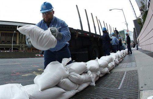 """Mit Sandsäcken gegen Hurrikan """"Sandy"""": Fast 400.000 Menschen wurden in New York evakuiert. Foto: AP"""