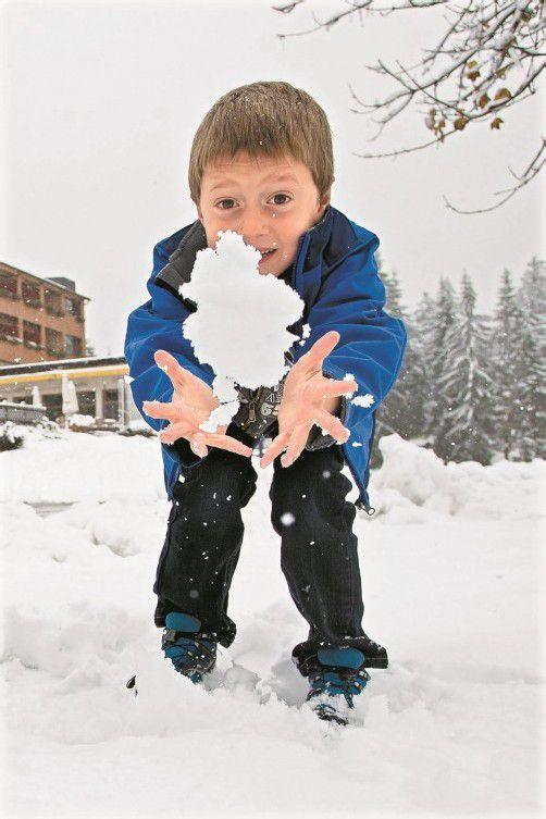 Mitte Oktober fühlte Kevin aus Egg am Bödele den ersten Schnee der Saison, jetzt dürfte sich wieder eine Schneeballschlacht ausgehen. Foto: Steurer
