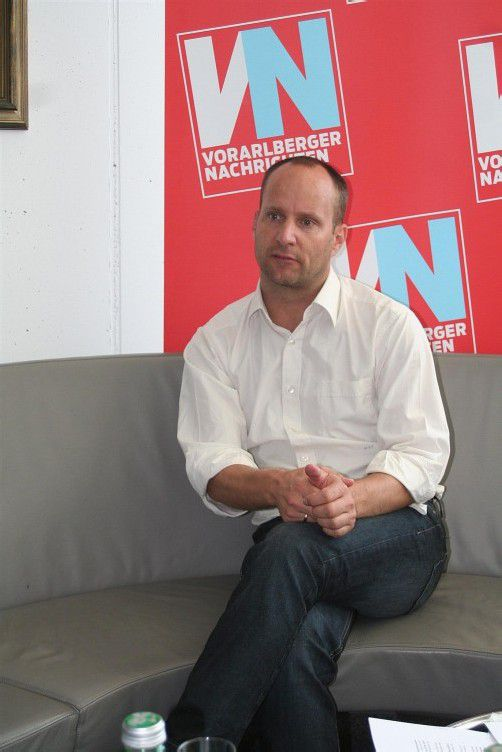 """NEOS-Vorsitzender Strolz im VN-Interview: """"SPÖ und ÖVP sind müde, ausgebrannt und nur noch an ihren Futtertrögen interessiert."""" Foto: VN"""