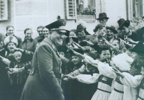 """Gauleiter Hofer wünscht sich wie der """"Führer"""" eine begeisterte Jugend. Auf eine solche trifft er offensichtlich in Bezau bei seinem Besuch 1940. foto: studienverlag innsbruck/willi rupp"""