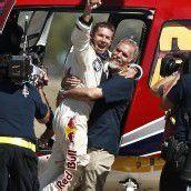 Nach der Landung in New Mexico herrschte große Erleichterung bei Felix Baumgartner und seinem Team. Foto: Dapd