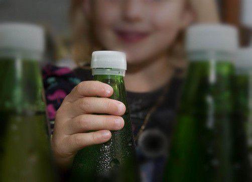 Nicht nur für Kinder gefährlich: Der Abfüller von Mineralwasserflaschen hat die Produktbeobachtungspflicht. Foto: VN/Paulitsch