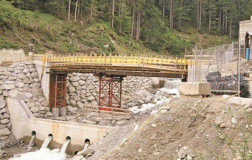 Noch heuer soll die neue Brücke über den Suggadin fertiggestellt werden. Foto: H. Reimann