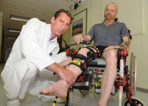 Ohne Krücken ist noch kein Gehen möglich, noch im Krankenbett und im Reha-Zentrum hat Flatz jedoch weitere Arbeiten geschaffen. Fotos: Flatz